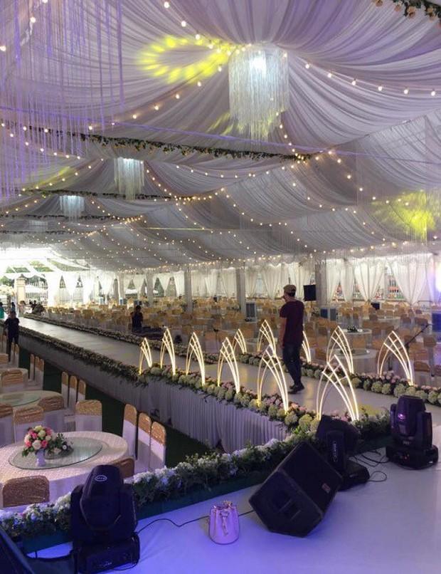 Hé lộ chi tiết khủng trong đám cưới của cặp đôi chi 1 tỷ tiền trang trí, cổng chào như cung điện, ca sĩ Ngọc Sơn về biểu diễn - Ảnh 6.