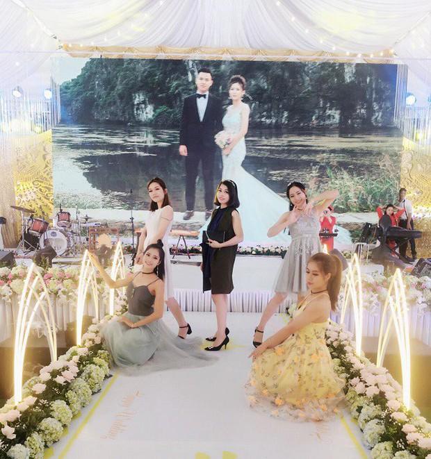 Hé lộ chi tiết khủng trong đám cưới của cặp đôi chi 1 tỷ tiền trang trí, cổng chào như cung điện, ca sĩ Ngọc Sơn về biểu diễn - Ảnh 8.