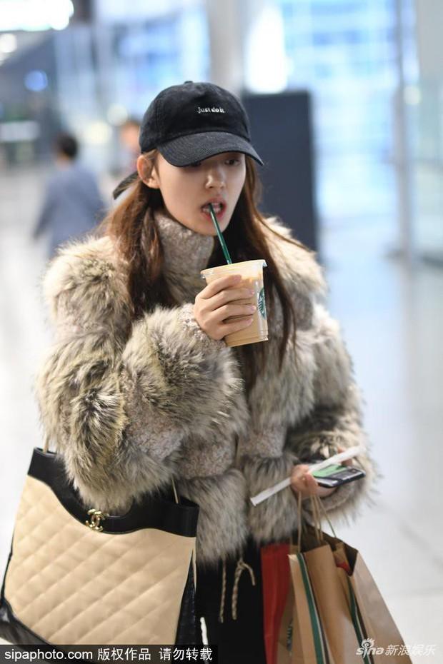 Sân bay biến thành thảm đỏ: Angela Baby sang chảnh như bà hoàng, Mỹ nhân ngư khoe mặt mộc hoàn mỹ - Ảnh 6.