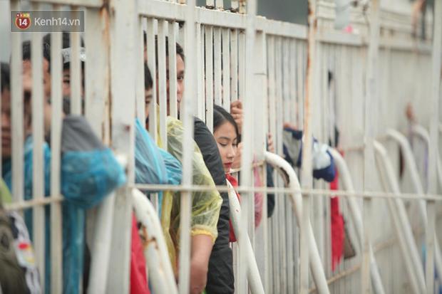 Sáng chủ nhật kinh hoàng: fan mua vé AFF Cup 2018 đẩy đổ hàng rào sân Mỹ Đình - Ảnh 4.