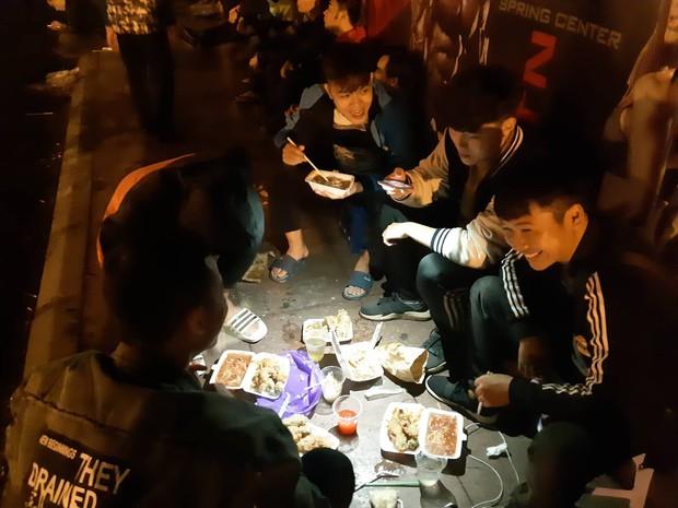 Người dân đội mưa, vạ vật thâu đêm xếp hàng mua vé xem trận Việt Nam - Malaysia tại AFF Cup 2018 - Ảnh 5.