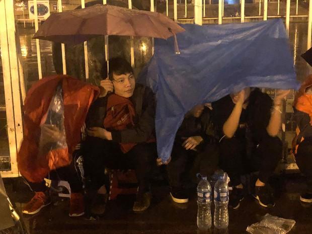 Người dân đội mưa, vạ vật thâu đêm xếp hàng mua vé xem trận Việt Nam - Malaysia tại AFF Cup 2018 - Ảnh 7.