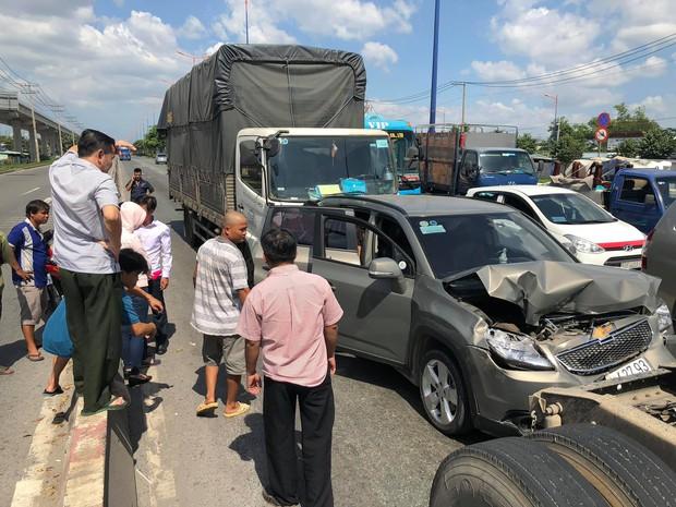 """Bị xe tải """"húc"""" từ phía sau, 5 người trên ô tô bẹp dúm kêu cứu vì bị mắc kẹt trên Xa lộ ở Sài Gòn - Ảnh 2."""