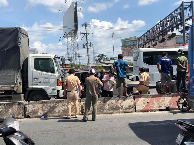 """Bị xe tải """"húc"""" từ phía sau, 5 người trên ô tô bẹp dúm kêu cứu vì bị mắc kẹt trên Xa lộ ở Sài Gòn - Ảnh 3."""