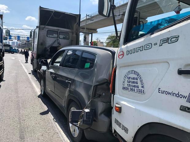 """Bị xe tải """"húc"""" từ phía sau, 5 người trên ô tô bẹp dúm kêu cứu vì bị mắc kẹt trên Xa lộ ở Sài Gòn - Ảnh 1."""