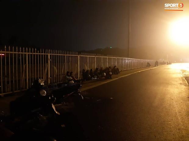 Người dân đội mưa, vạ vật thâu đêm xếp hàng mua vé xem trận Việt Nam - Malaysia tại AFF Cup 2018 - Ảnh 2.