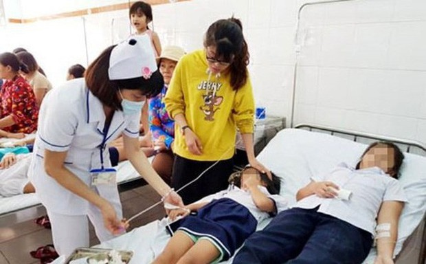 Hai cháu bé ở Quảng Ninh nguy kịch nghi do ngộ độc thực phẩm - Ảnh 1.