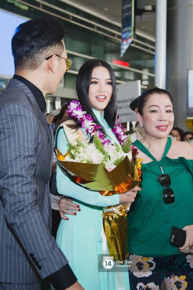 Tân Hoa hậu Trái đất 2018 Phương Khánh vỡ oà trong vòng vây người hâm mộ, nghẹn ngào ôm chặt mẹ tại sân bay Việt Nam - Ảnh 2.