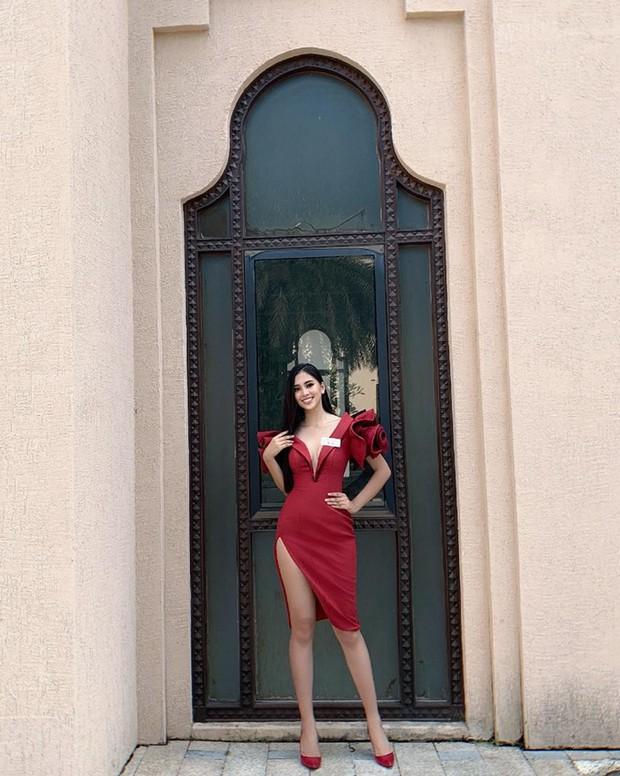 Tiểu Vy gây chú ý khi diện váy khoét sâu, khoe vòng 1 gợi cảm trong những ngày đầu nhập cuộc Miss World - Ảnh 1.