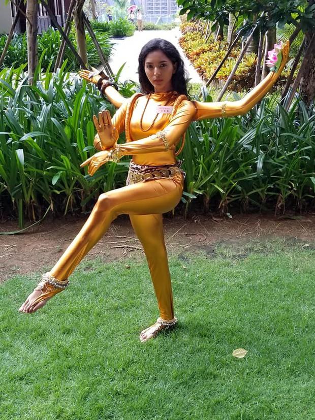Hoa hậu Tiểu Vy múa điệu Chầu Văn Cô đôi thượng ngàn trong phần thi Dance Of The World - Ảnh 8.