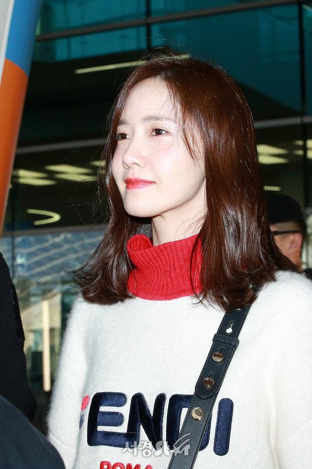 Yoona và Suzy tình cờ đụng độ tại sân bay: Người gây choáng vì mặt mộc quá đẹp, kẻ gầy vẫn đẹp như mơ - Ảnh 4.