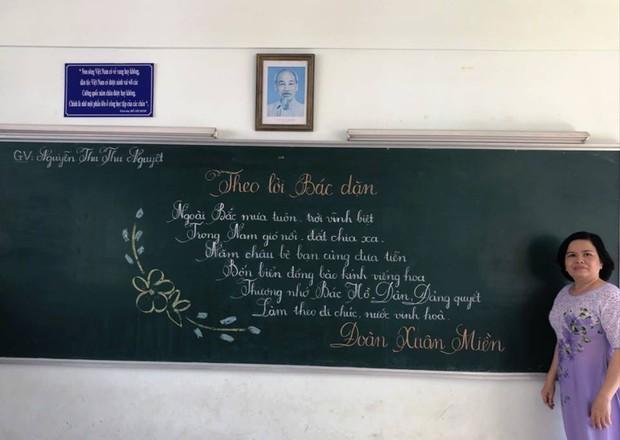 Xuất hiện đối thủ của các giáo viên Quảng Trị: 16 cô giáo Vũng Tàu viết bảng đẹp như rồng bay phượng múa - Ảnh 3.
