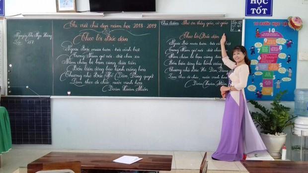 Xuất hiện đối thủ của các giáo viên Quảng Trị: 16 cô giáo Vũng Tàu viết bảng đẹp như rồng bay phượng múa - Ảnh 6.