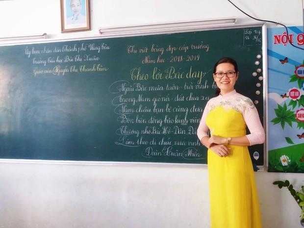 Xuất hiện đối thủ của các giáo viên Quảng Trị: 16 cô giáo Vũng Tàu viết bảng đẹp như rồng bay phượng múa - Ảnh 8.