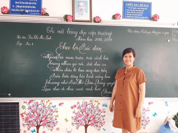 Xuất hiện đối thủ của các giáo viên Quảng Trị: 16 cô giáo Vũng Tàu viết bảng đẹp như rồng bay phượng múa - Ảnh 9.