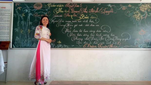 Xuất hiện đối thủ của các giáo viên Quảng Trị: 16 cô giáo Vũng Tàu viết bảng đẹp như rồng bay phượng múa - Ảnh 11.