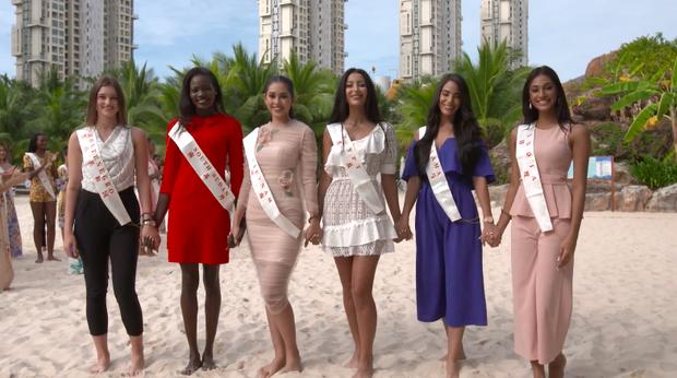 Trần Tiểu Vy gây ấn tượng khi nắm tay đồng đội đi đầu tại Miss World - Ảnh 4.
