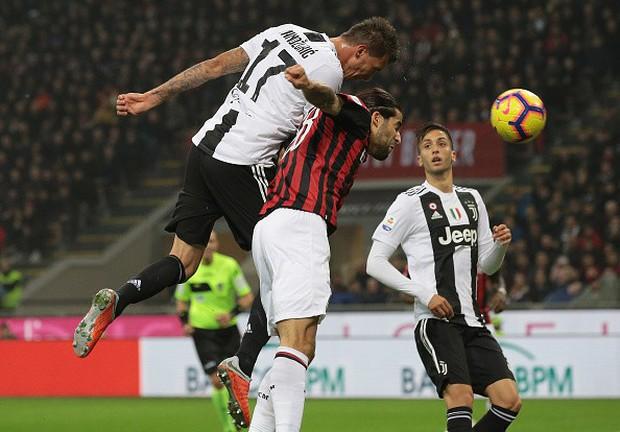 Đá hỏng phạt đền, ăn thẻ đỏ cuối trận, Higuain ngậm ngùi nhìn Ronaldo ghi bàn chôn vùi AC Milan - Ảnh 4.