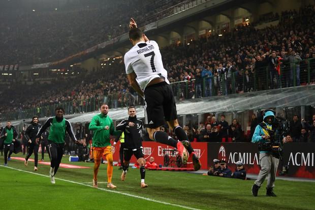 Đá hỏng phạt đền, ăn thẻ đỏ cuối trận, Higuain ngậm ngùi nhìn Ronaldo ghi bàn chôn vùi AC Milan - Ảnh 7.