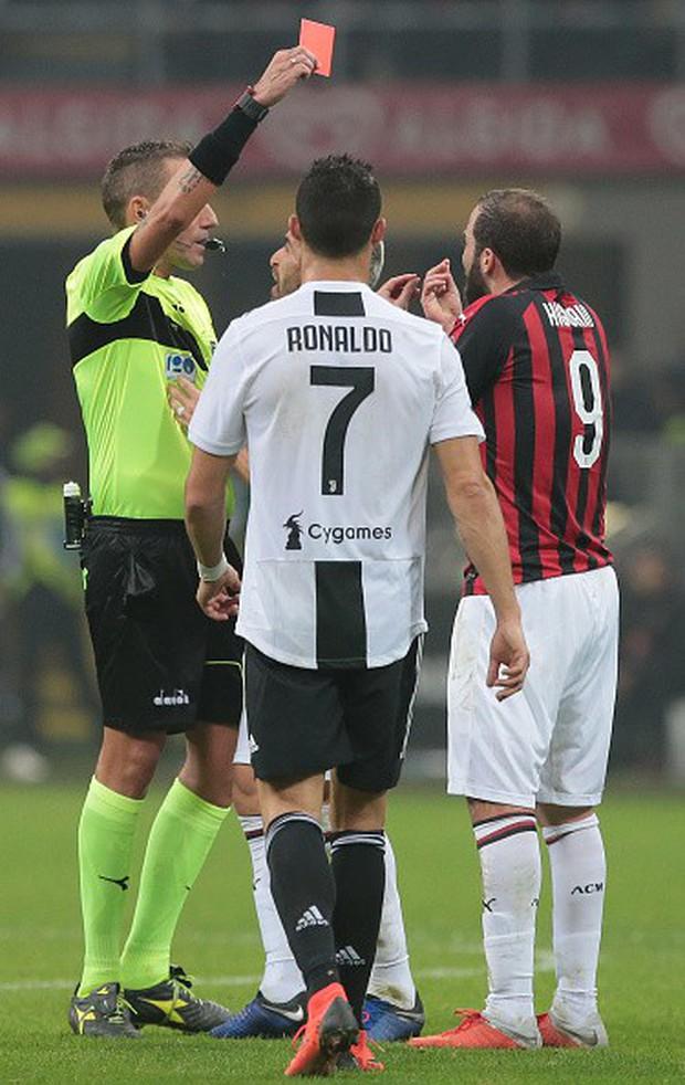 Đá hỏng phạt đền, ăn thẻ đỏ cuối trận, Higuain ngậm ngùi nhìn Ronaldo ghi bàn chôn vùi AC Milan - Ảnh 8.
