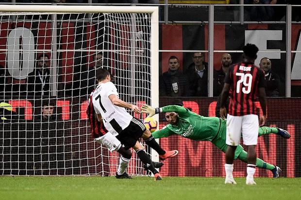 Đá hỏng phạt đền, ăn thẻ đỏ cuối trận, Higuain ngậm ngùi nhìn Ronaldo ghi bàn chôn vùi AC Milan - Ảnh 6.