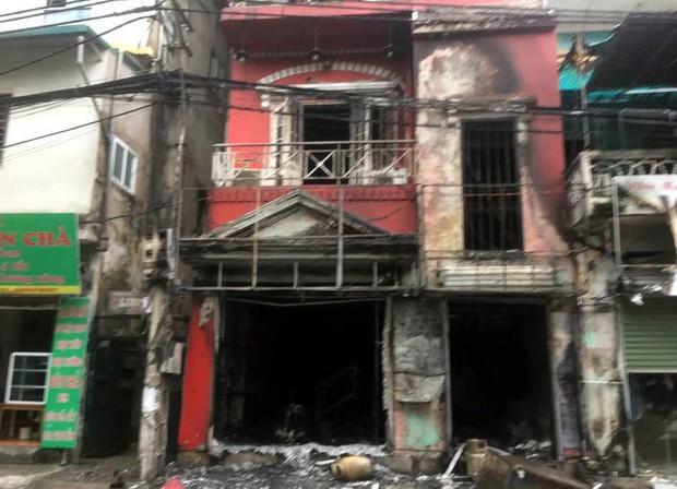 Hà Nội: Thay bình gas bất cẩn gây cháy và nổ kinh hoàng ở ngôi nhà 4 tầng, 2 người bị bỏng nặng - Ảnh 1.