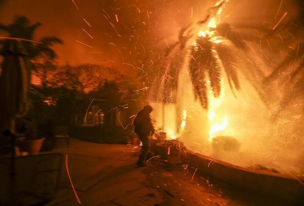 Cháy rừng tại California: Khu nhà giàu thất thủ, hàng loạt dinh thự triệu đô của đại gia và celeb bị thiêu trụi - Ảnh 6.