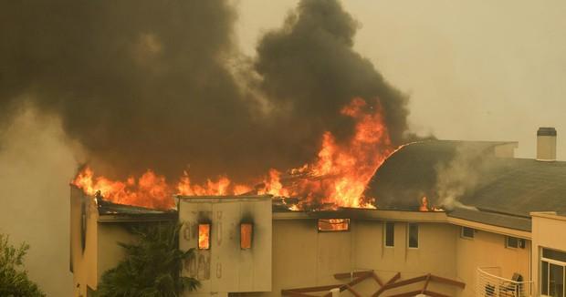 Cháy rừng tại California: Khu nhà giàu thất thủ, hàng loạt dinh thự triệu đô của đại gia và celeb bị thiêu trụi - Ảnh 12.
