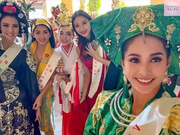 Trần Tiểu Vy gây ấn tượng khi nắm tay đồng đội đi đầu tại Miss World - Ảnh 9.