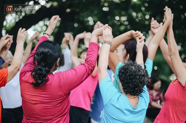 Sung như các cụ bà U80 nhảy Hip hop ở hồ Gươm: Mỗi ngày trồng cây chuối 10 cái, vừa thổi cơm vừa bật nhạc nhảy - Ảnh 1.