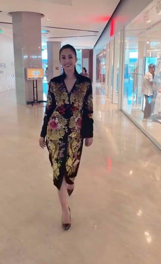 Clip: Tiểu Vy trở thành phiên bản nữ của Sơn Tùng M-TP, cover Lạc trôi cực ma mị cho phần thi tài năng - Ảnh 3.
