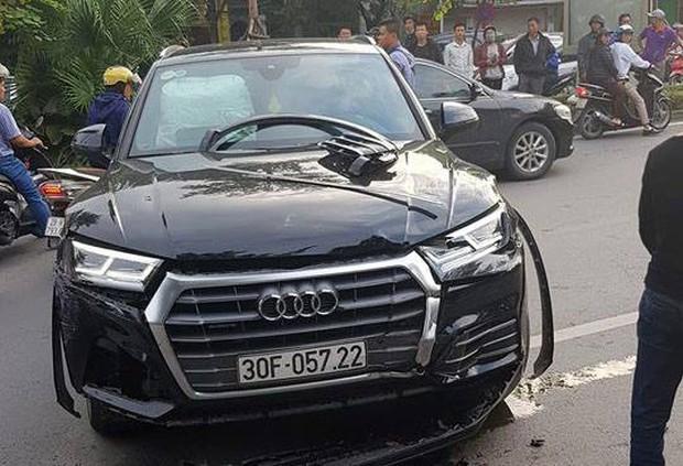 Vụ xe sang lùi vùn vụt trên phố Hà Nội: Sau khi đâm trúng xe máy, ô tô lùi mất kiểm soát rồi gây tai nạn liên hoàn - Ảnh 2.