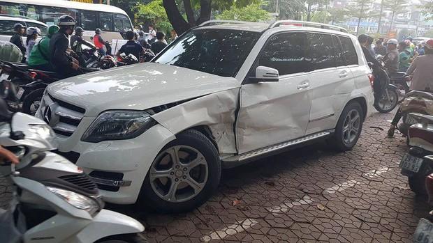 Vụ xe sang lùi vùn vụt trên phố Hà Nội: Sau khi đâm trúng xe máy, ô tô lùi mất kiểm soát rồi gây tai nạn liên hoàn - Ảnh 4.