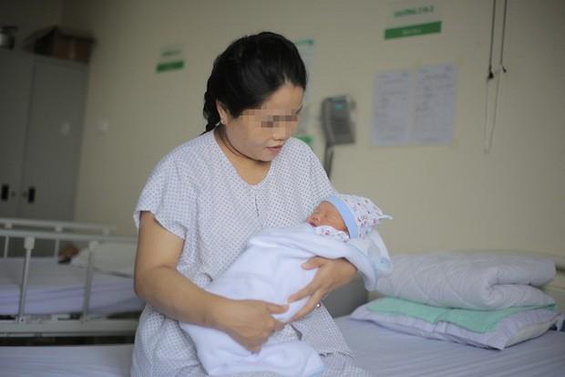 Hy hữu: Bé trai chào đời cùng khối u của mẹ - Ảnh 2.