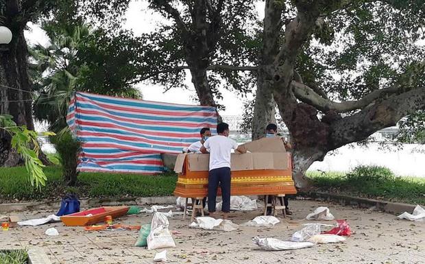 Thi thể người đàn ông buộc chặt vào tảng đá trôi trên sông Hương - Ảnh 1.