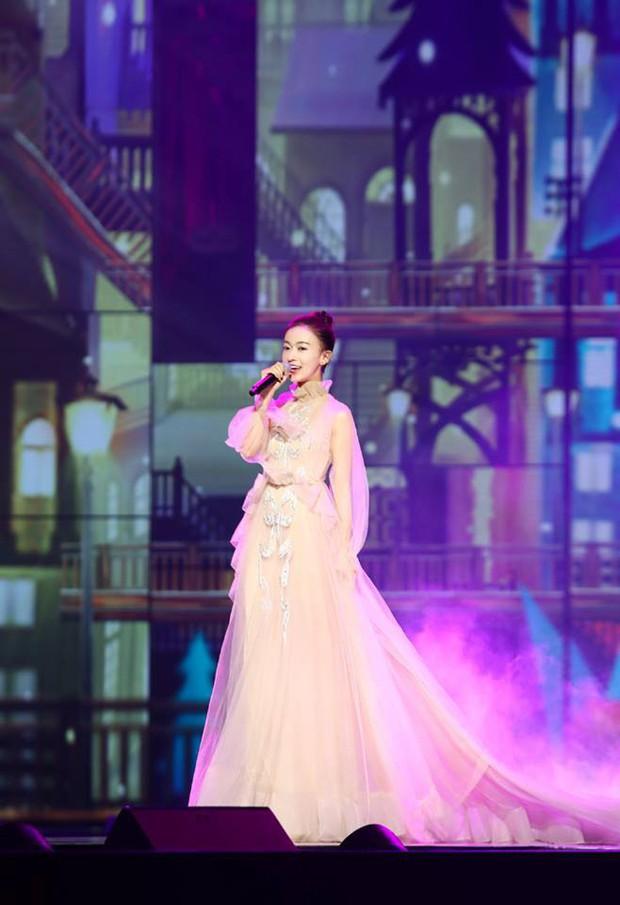 """Quan trọng là thần thái: Diện váy đắt gấp 7 lần Tần Lam, Ngô Cẩn Ngôn vẫn không có """"cửa"""" nổi hơn? - Ảnh 9."""