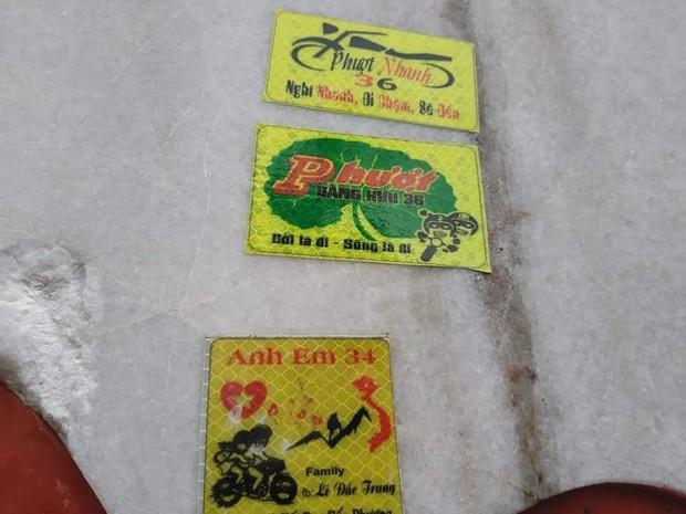 Tấm bia đá nổi tiếng Tam Đảo bị dán quá nhiều logo phượt khiến người dân phải bắc thang lên bóc - Ảnh 2.