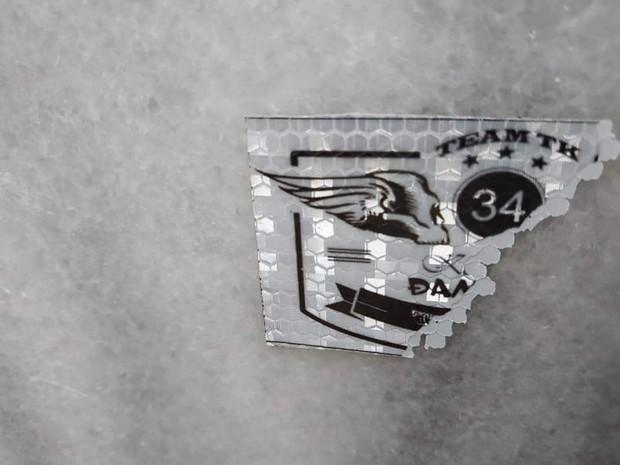 Tấm bia đá nổi tiếng Tam Đảo bị dán quá nhiều logo phượt khiến người dân phải bắc thang lên bóc - Ảnh 5.