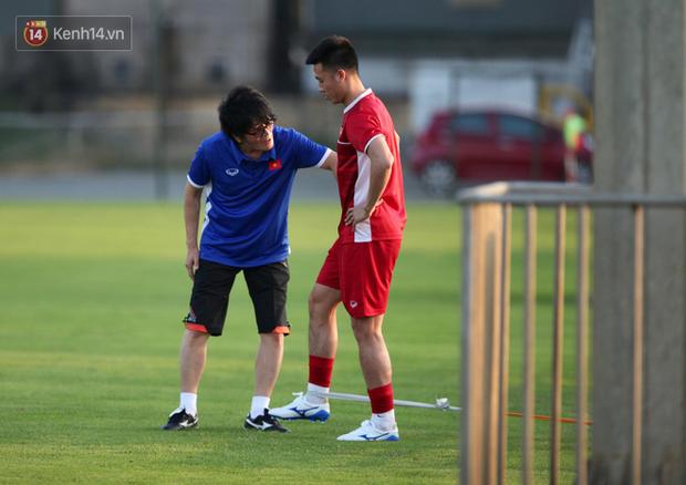 Thần y người Hàn Quốc sang chi viện cho tuyển Việt Nam trước trận đấu với Malaysia - Ảnh 3.