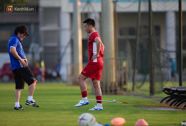 Thần y người Hàn Quốc sang chi viện cho tuyển Việt Nam trước trận đấu với Malaysia - Ảnh 2.