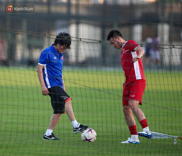Thần y người Hàn Quốc sang chi viện cho tuyển Việt Nam trước trận đấu với Malaysia - Ảnh 1.