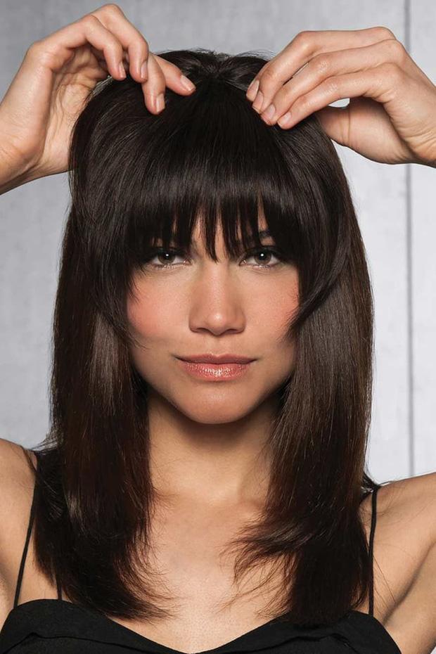 Diện thử tóc mái giả, cô nàng này đã phải bất ngờ vì kết quả tự nhiên và lừa được khối đồng nghiệp - Ảnh 1.