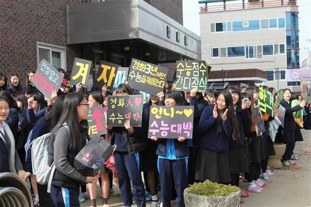 Những điều kỳ dị chỉ có trong kỳ thi ĐH ở Hàn Quốc: Tặng giấy vệ sinh để giải quyết đề nhanh gọn, ngủ quá 4giờ/ngày là thi trượt - Ảnh 4.