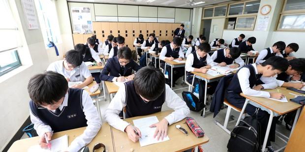 Những điều kỳ dị chỉ có trong kỳ thi ĐH ở Hàn Quốc: Tặng giấy vệ sinh để giải quyết đề nhanh gọn, ngủ quá 4giờ/ngày là thi trượt - Ảnh 8.