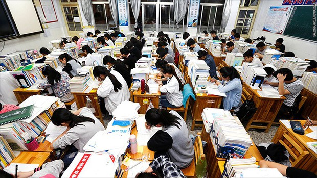 Gaokao - kỳ thi ĐH khốc liệt nhất thế giới ở Trung Quốc: Gian lận phạt tù 7 năm, nữ sinh phải uống thuốc hoãn kinh nguyệt để dự thi - Ảnh 1.