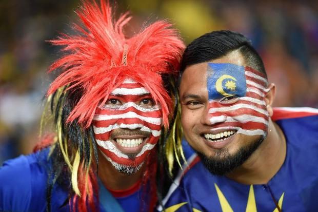 CĐV Malaysia hút thử thuốc lào Việt Nam trước trận đấu AFF CUP 2018 - Ảnh 2.