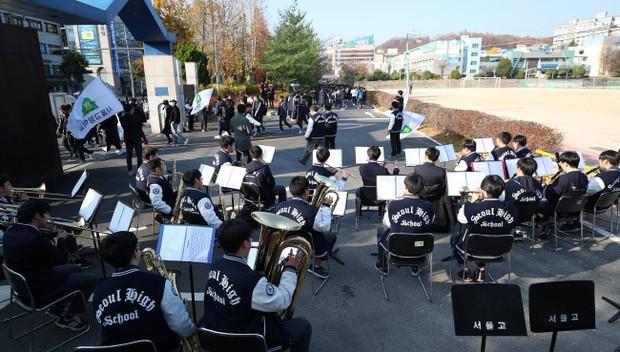 Các em khoá dưới cổ vũ anh chị lớp 12 thi ĐH ở Hàn Quốc: Cởi trần, quỳ lạy, hú hét như fan cuồng đón idol - Ảnh 16.