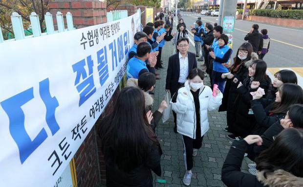 Các em khoá dưới cổ vũ anh chị lớp 12 thi ĐH ở Hàn Quốc: Cởi trần, quỳ lạy, hú hét như fan cuồng đón idol - Ảnh 7.