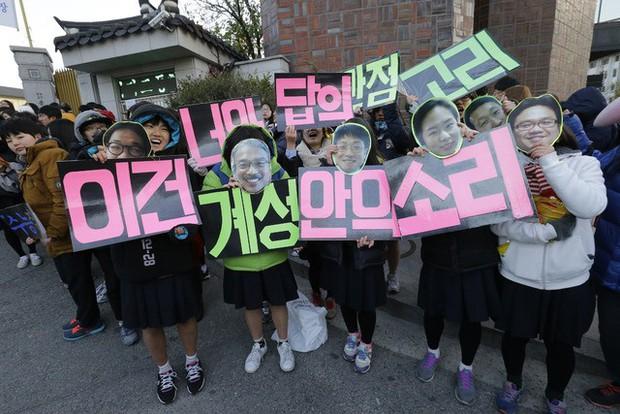 Các em khoá dưới cổ vũ anh chị lớp 12 thi ĐH ở Hàn Quốc: Cởi trần, quỳ lạy, hú hét như fan cuồng đón idol - Ảnh 6.
