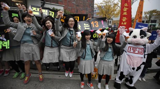 Các em khoá dưới cổ vũ anh chị lớp 12 thi ĐH ở Hàn Quốc: Cởi trần, quỳ lạy, hú hét như fan cuồng đón idol - Ảnh 5.